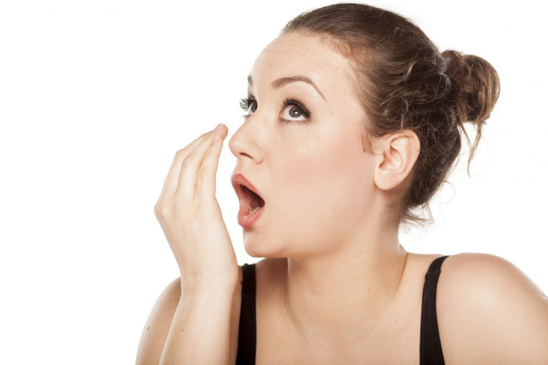 Неприятный запах изо рта: причины и 13