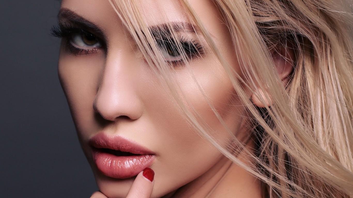 Как увлажнить кожу губ в домашних условиях