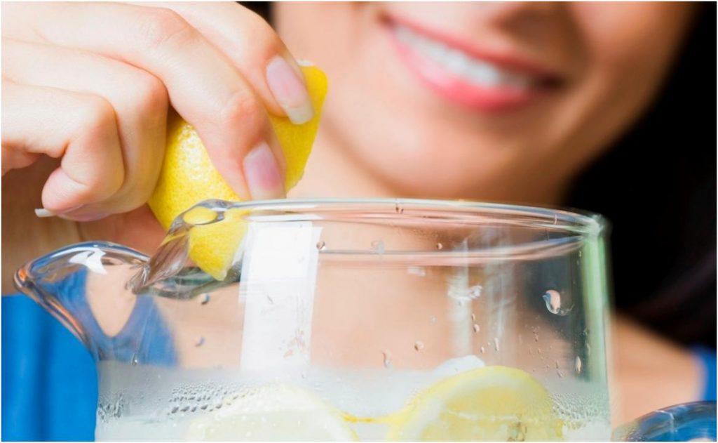 Вода со свежевыжатым соком лимона
